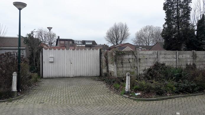 De beoogde locatie voor de garageboxen tussen Langemeer en Marktstraat in Kaatsheuvel.