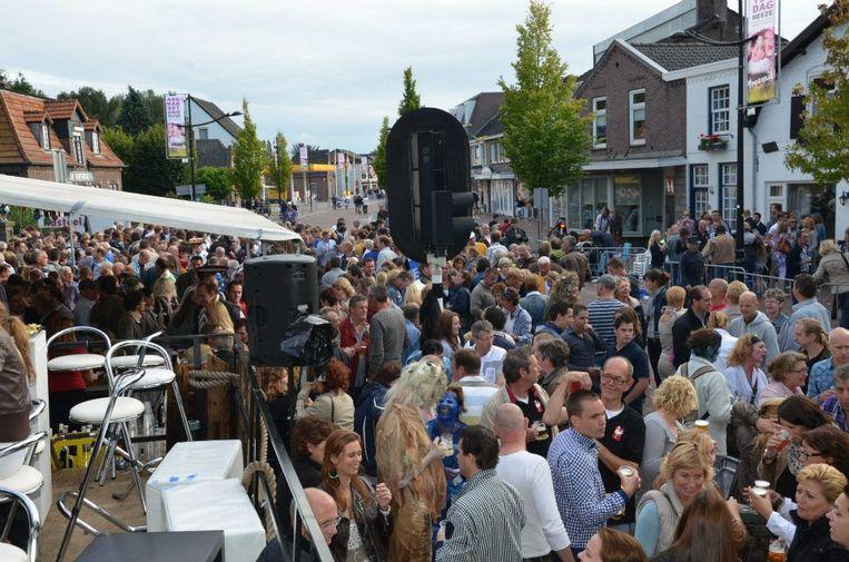 Drukte bij Tapperij de Zwaan tijdens de Brabantse Dag, de jaarlijkse optocht in Heeze. Beeld De Zwaan