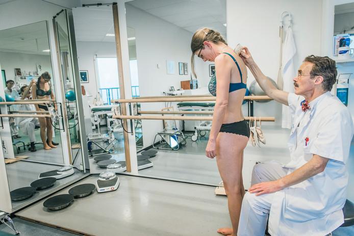 Een orthopeed onderzoekt of de scheefstand van de wervelkolom is toegenomen.