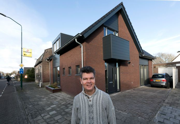 Robert Groenewoud in Heeze voor zijn nieuwe woning.