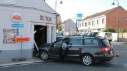 Bestuurster schat bocht verkeerd in en rijdt met wagen café binnen