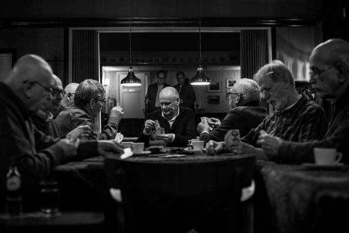 De kaartende mannen van de herensociëteit in Café Centraal in Waalwijk.