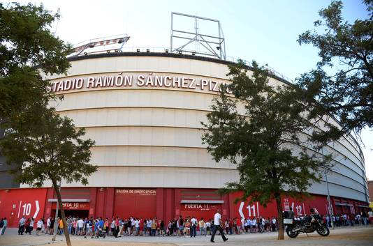 Een lange stoet mensen kwam begin deze maand naar het Ramon Sanchez Pizjuan om afscheid te nemen van Reyes.