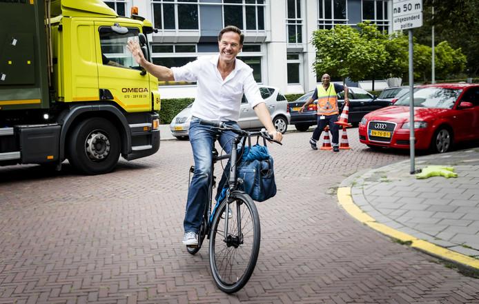 Premier Rutte arriveerde vanmorgen met de fiets bij het Catshuis voor de informele heisessie