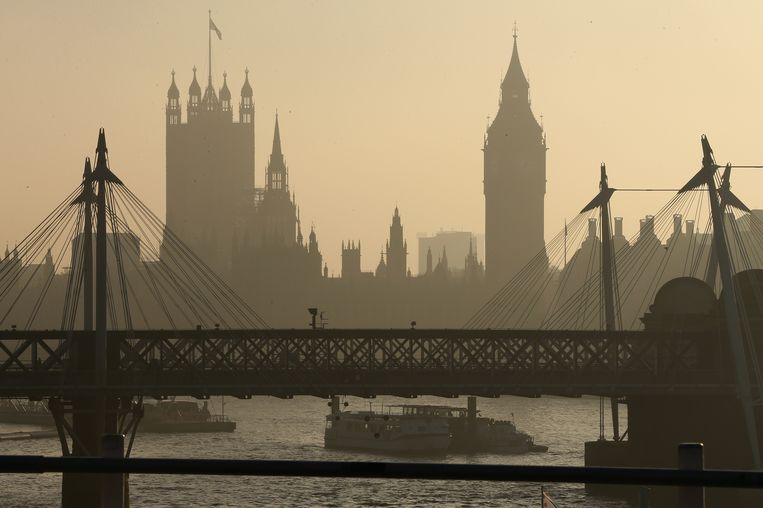 De zon breekt maandagochtend door de mist in Londen. Beeld Getty Images