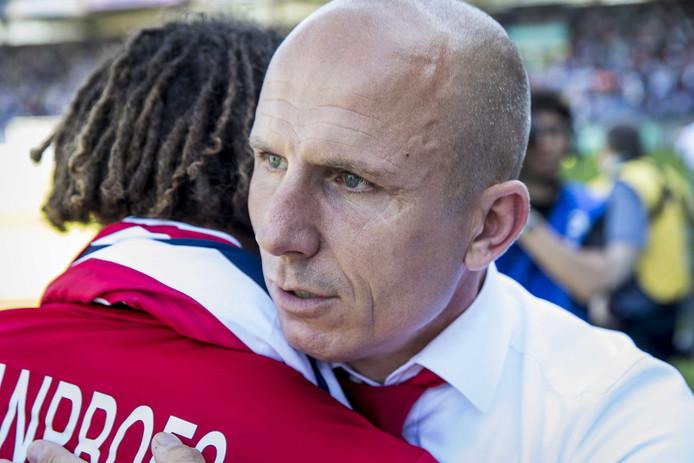 Reinier Robbemond geeft Victor van den Bogert een knuffel na Willem II - Vitesse.