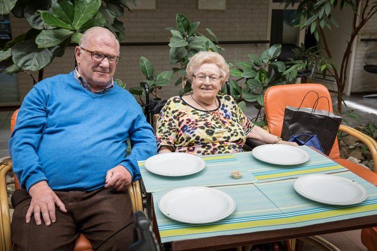 Lenie van den Bosch-Brilleman (89), samen met haar 'maatje' in huis, Ernie Abraham (70): 'Ik hoor hier thuis' Beeld Dingena Mol