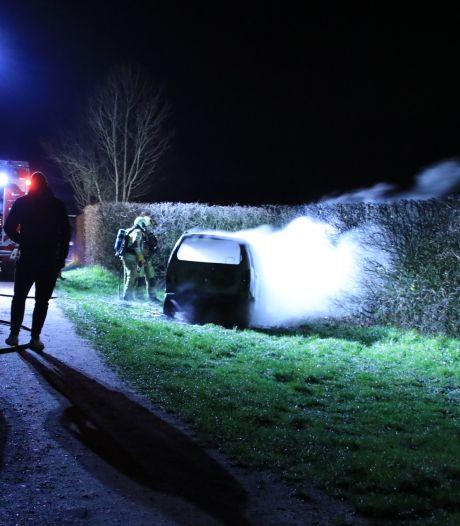 Geparkeerde auto brandt uit in Rhenen