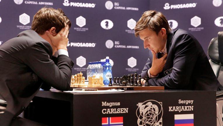 Magnus Carlsen (links) en Sergej Karjakin in New York. Beeld ap