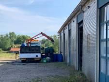 Politie vindt vaten met grondstoffen voor drugs in garageboxen in Arnhem