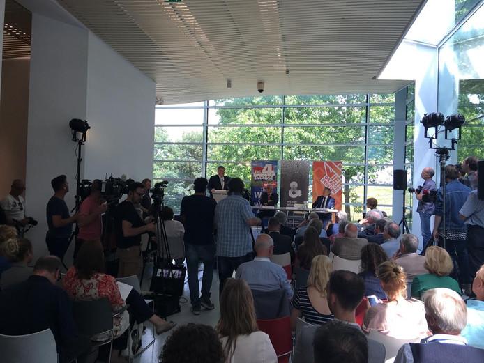 Burgemeester Bruls tijdens de persconferentie vanmiddag.