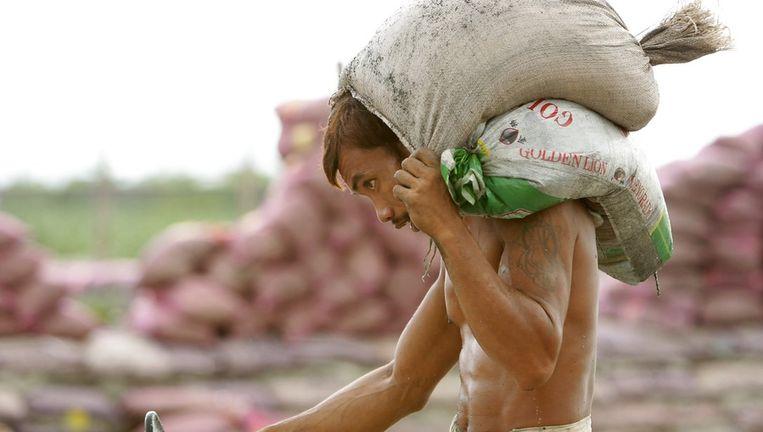 Inwoners bereidden zich deze week voor op de tyfoon, onder meer door zandzakken te stapelen. Beeld epa