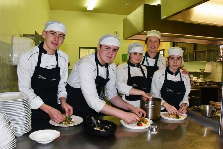 Robbe, Raphael, Cloë, Ingrid en Raiza aan de slag met vegetarische gerechten.