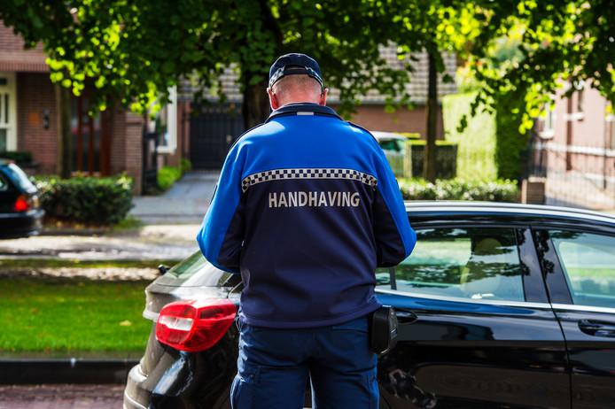 Een medewerker van Toezicht & Handhaving aan het werk.