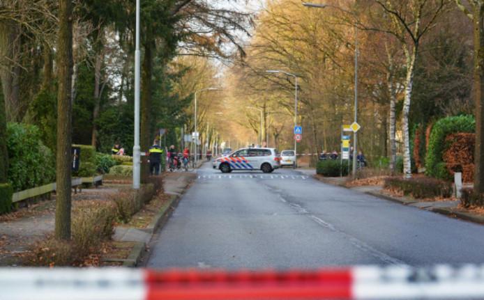 Politieagenten doen onderzoek naar een ontvoering aan de Oenenburgweg in Nunspeet.