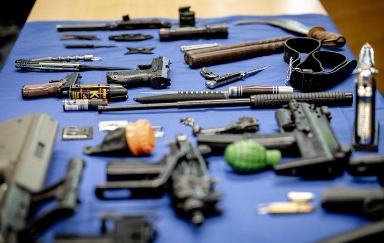 Een selectie van wapens die de Koninklijke Marechaussee in 2019 op Nederlandse luchthavens in beslag nam.  Beeld ANP
