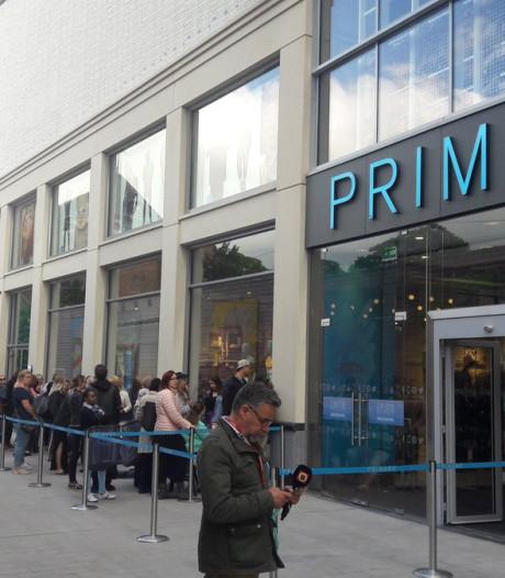 Tilburgse Primark eindelijk geopend: burgemeester knipt lint door