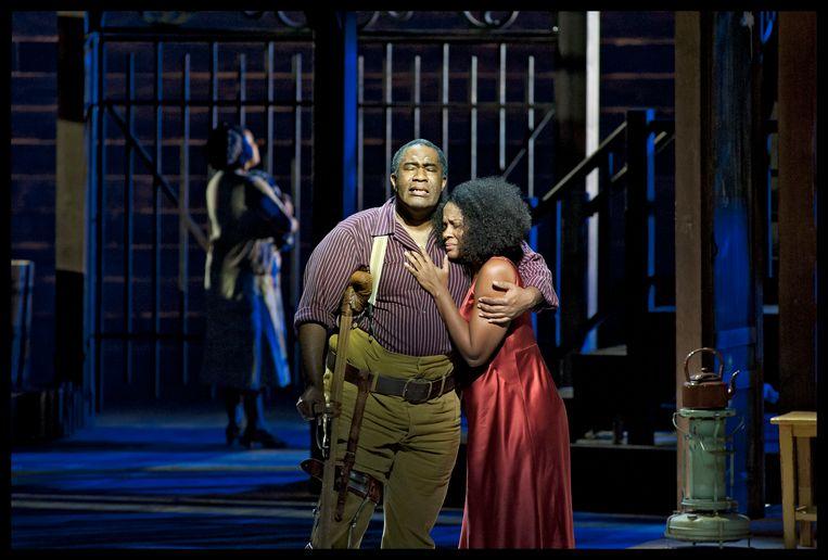 Eric Owens (Porgy) met Adina Aaron, die de rol van Bess speelt. Beeld Baus