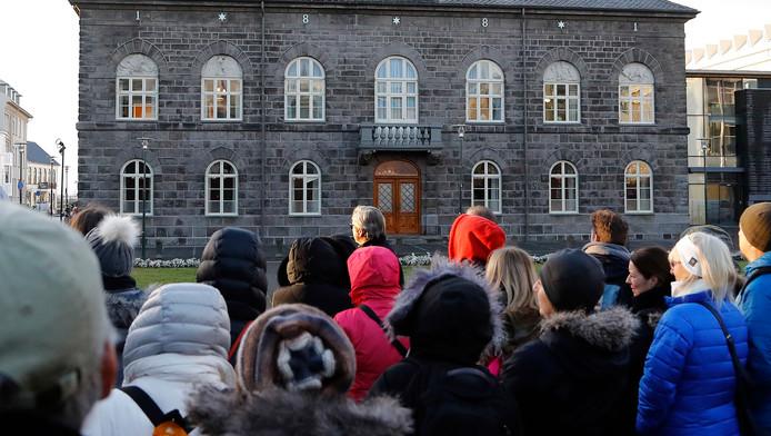 Op 27 oktober protesteerden vrouwen voor het parlementsgebouw in Reykjavik, omdat ze minder betaald krijgen dan mannen.