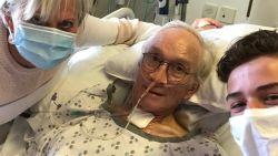 """Na 100 dagen, waarvan 54 in coma, verlaat Rudy (71) ziekenhuis: """"Eén ding staat vast: ik heb een sterke man die graag leeft"""""""
