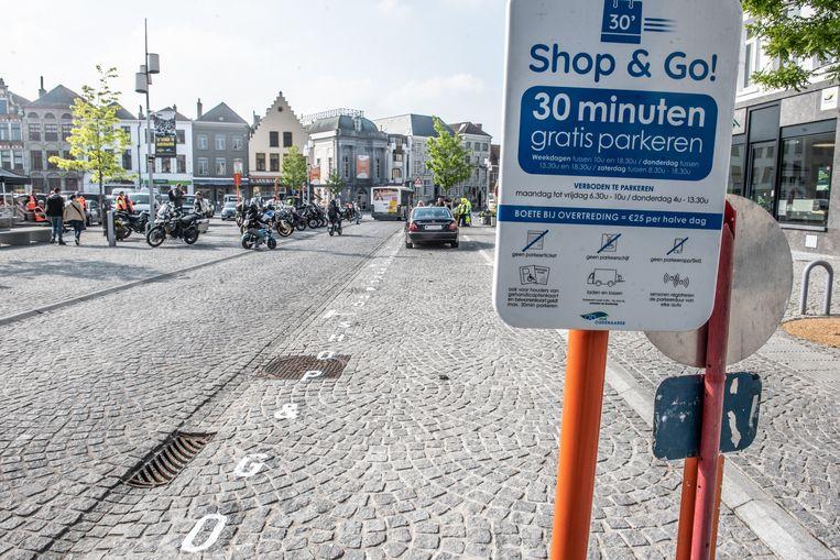 De shop & go-parkeerplaatsen op de Markt: nu kan je er niet meer naast kijken.