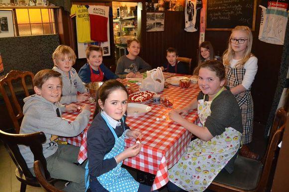 De leerlingen van de Marialoopschool verzorgden onder andere de hapjes in eetkaffee Carlito.