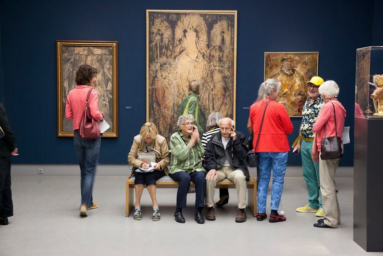 Bezoekers van de tentoonstelling Droomkunst, een privécollectie van Gerard van Wezel, in het Singermuseum in Laren luisteren naar de toelichting op de kunstwerken. Beeld Hollandse Hoogte / Theo Audenaerd