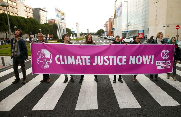 Demonstrerende klimaatactivisten in Madrid Beeld REUTERS