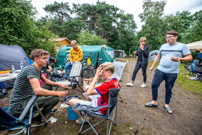 Op jongerencamping Dennenoord komen jongeren samen na uren regen. Beeld Raymond Rutting / de Volkskrant
