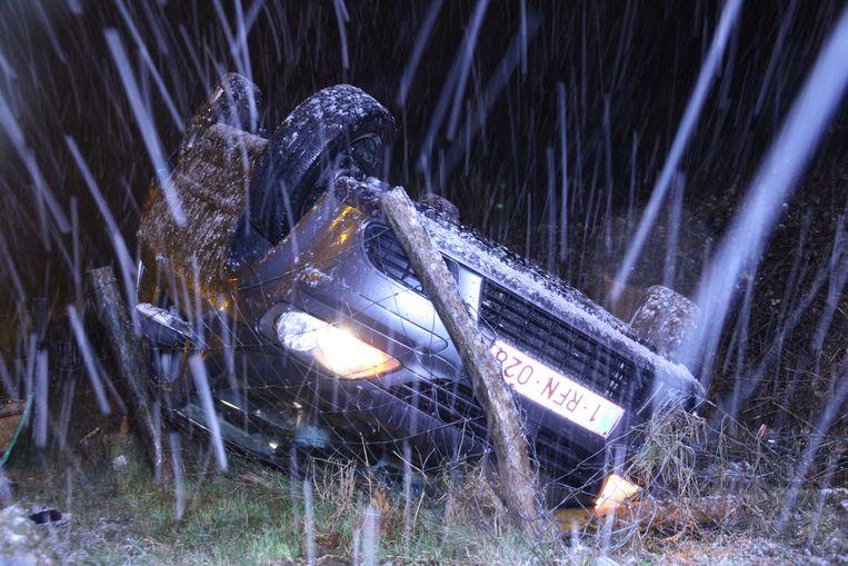 De wagen belandde op zijn dak in de berm van de snelweg.