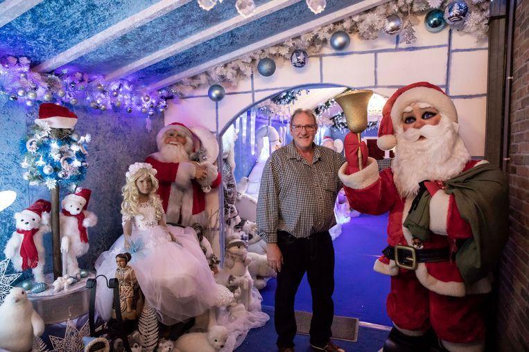 Marc bij zijn kerstmannentuin. Wat vind je daar? Kerstbomen, kerststallen kerstballen, kortom, alles wat met kerst te maken heeft. Doorstraat 7 in Nieuwerkerken.