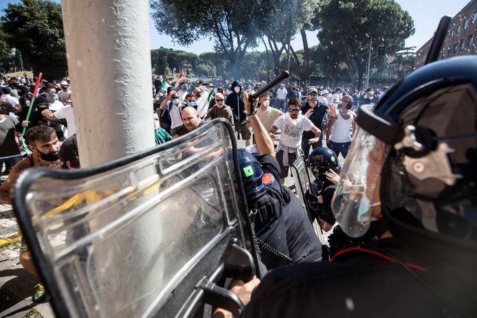 Gevechten tussen politie en demonstranten in Rome.