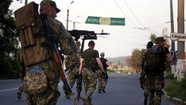 Gewapende pro-Russische seperatisten lopen de Oekraïense stad Slavjansk binnen.