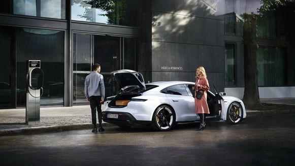 Porsche gaat 2.000 laadpalen plaatsen in Europa, waar eigenaren van een hybride of elektrische Porsche gratis terechtkunnen.