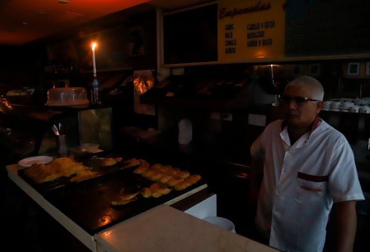 Een bakkerij in Buenos Aires bij kaarslicht.  Beeld AFP