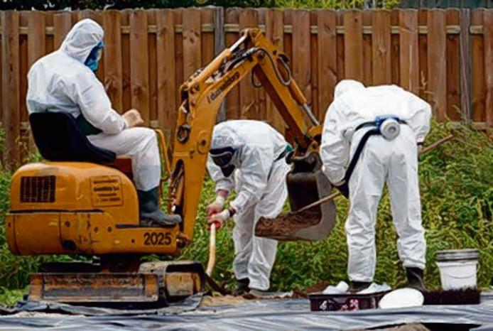 Asbestsanering in de Goorse wijk Hogekamp. Eternit verstrekte tot in de jaren zeventig gratis asbesthoudend materiaal aan Gorenaren, waardoor het asbest op veel plekken in Goor is terug te vinden.