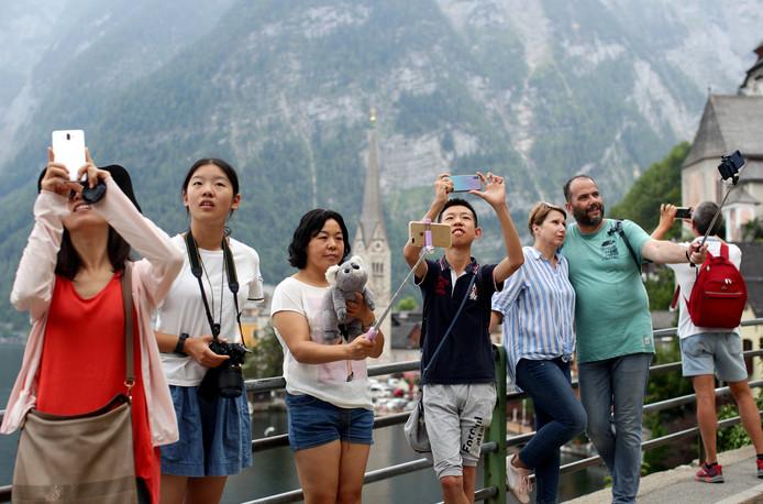 Le village de Hallstatt dans les Alpes autrichiennes est confronté depuis plusieurs années à l'afflux massif de touristes, essentiellement asiatiques.
