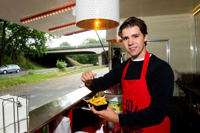 Mickey de Voer in zijn frietwagen, bij het viaduct aan de Arnhemseweg.