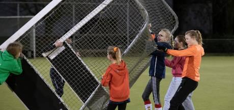 Avondklok op het sportveld: 'Training is vaak de enige manier om vrienden te ontmoeten'