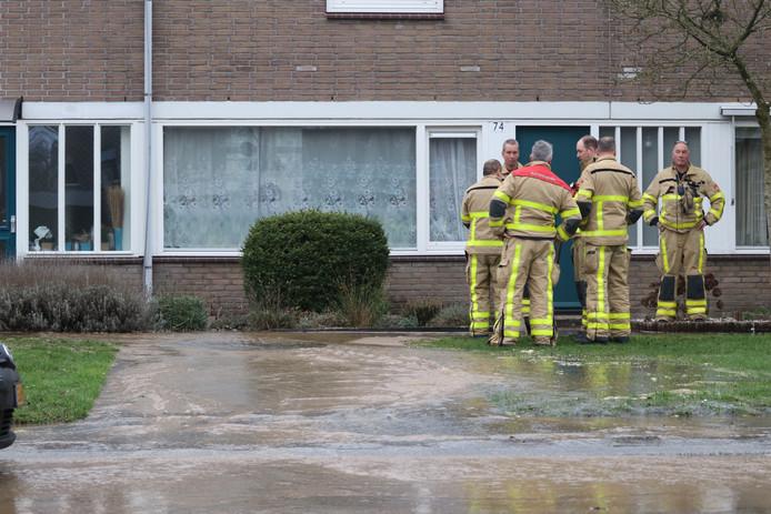 De brandweer legde zand voor een woning om te voorkomen dat het water naar binnen zou stromen.