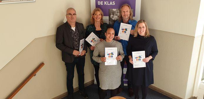 De verschillende partijen die het plan ondertekenden: onder: Lovijah Veldt (Opr€cht), Martien Louwers (wethouder Gemeente Arnhem). Boven:  Jos Gipmans (Rijn IJssel), Annemiek Swart (Plangroep), Han van Burken (Sociaal Wijkteam).