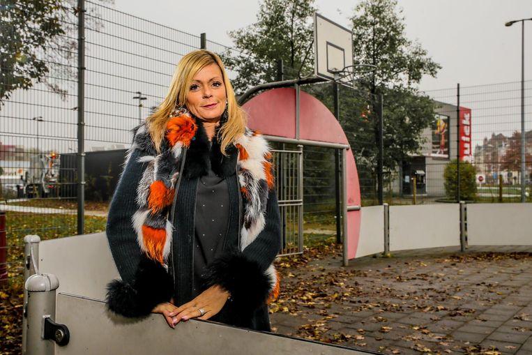 Mama Carmen op het pleintje in Vilvoorde waar het voor Yannick Carrasco allemaal begon.