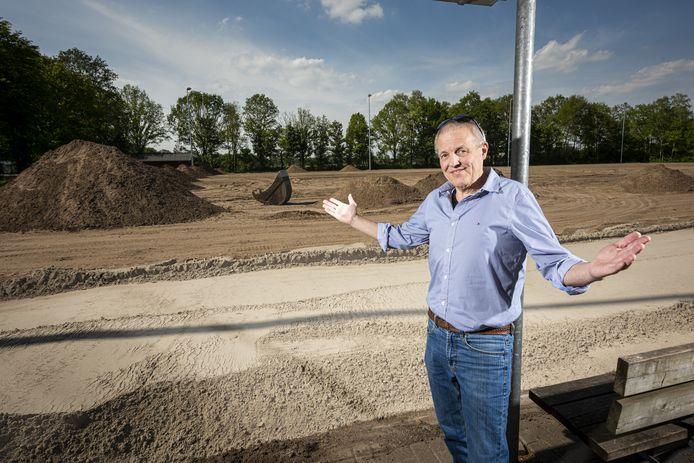 Johan Ikink voorzitter van  VV Witkampers in Laren staat vertwijfeld bij de aanleg van de nieuwe voetbalvelden.