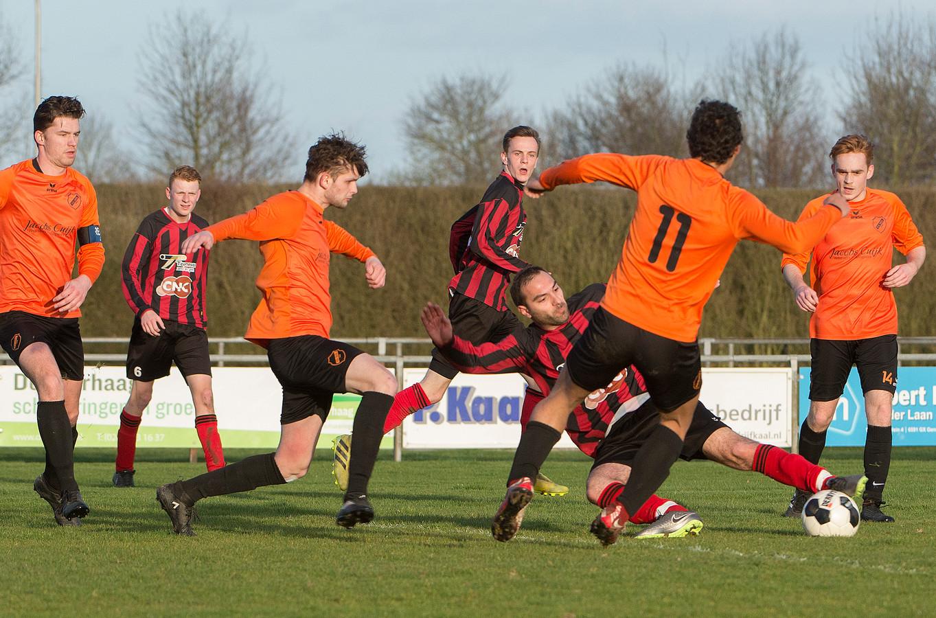 SIOL (oranje shirts) in actie tegen Milsbeek .