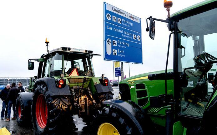 Passagiers van en naar Eindhoven Airport ondervonden vandaag grote hinder van boeren die met tractoren richting de luchthaven zijn opgestoomd. Eerder waren de boeren in Den Bosch om te protesteren bij het provinciehuis tegen het huidige stikstofbeleid.