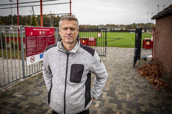 Iddo Roscher voor de poort van het trainingscomplex van FC Twente, waar de academie is gehuisvest.