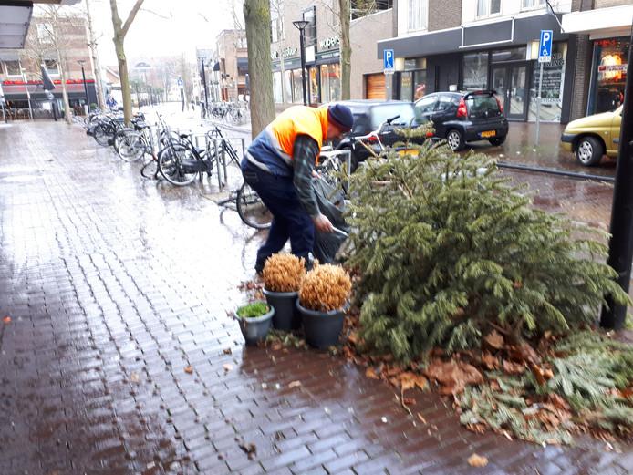 Antonio ondanks regen en wind hard aan het werk op de Burgwal.