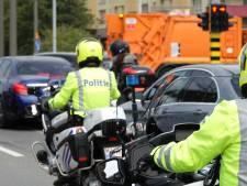 Motorrijder zonder helm en met overdreven snelheid knalt op wagen