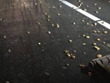 De weg ligt vol aardappels of shampoo na een ongeluk: wie ruimt dat op, en wie betaalt dat?
