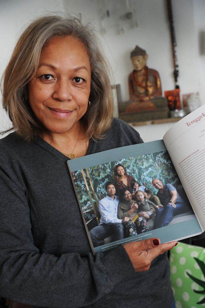 Ellen Usmany met het boek 'De lange reis van de poesaka', vol Indische herinneringen dat Simone Berger maakte met fotograaf Armando Ello. Op de foto in het boek staat Ellens familie.